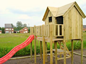 Speeltoren met glijbaan en terras