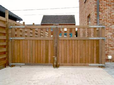 Dubbele houten poort in padouk