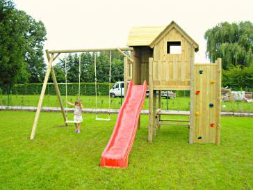 Speeltoren met houten schommel en klimmuur