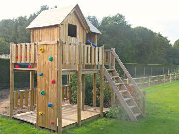 Houten speelhuis met terras en klimmuur