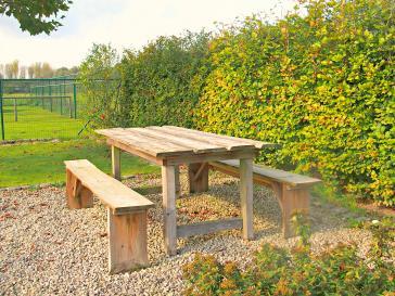 Tafel met tuinbank uit ruw grenen