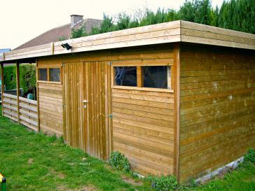 Tuinhuis met plat dak en overdekt stuk