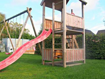 Speeltoren met glijbaan en houten schommel